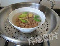 自制XO酱,干贝洗净,加入1小勺料酒和几片葱姜,再加入适量清水(没过干贝),入蒸锅大火蒸30分钟,放凉备用