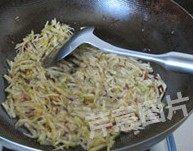 自制XO酱,下入榨菜丝,中火炸干,捞出榨菜丝,锅中留油
