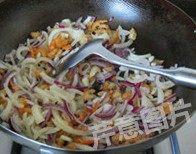 自制XO酱,下入洋葱丝,转小火,慢慢煸炒至洋葱金黄酥脆,大约20到30分钟,火一定要小,不然洋葱会炒糊