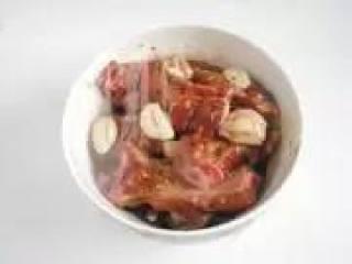 〔家制蒜香排骨〕,将腌好的排骨挑选出来(中途可以先用小火烧油)