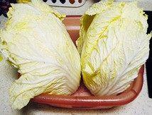 韩国泡菜,大白菜竖向剖开,用清水将每片叶子洗净,控干