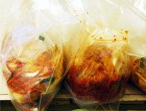 韩国泡菜,将发酵2天的泡菜分装,也可以直接放入冰箱或是低温处,大约1-4℃发酵一周左右即可品尝(据说最佳品尝时间为发酵20-40天时,我是忍不住等不到那么多天了,提前吃已经很好吃了。)