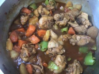 大盘鸡拌面,炖煮至汤汁粘稠,开锅盖收汁,不要收的太干多留一些汤汁。