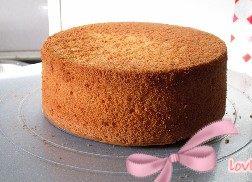 玫瑰奶油蛋糕,蛋糕脱模后放在裱花台上