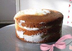 玫瑰奶油蛋糕,盖上一片蛋糕片, 再抹上一层奶油撒上黄桃粒