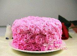 玫瑰奶油蛋糕,全部完成后用银豆装饰即可