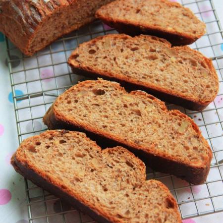 肉桂葡萄干核桃面包