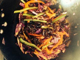 黑椒牛柳乌冬面,把切好的菜丝下锅翻炒,放少许酱油,炒熟装盘