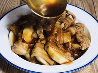 芋头蒸五花肉,将芡汁浇在蒸好的芋头蒸五花肉上面