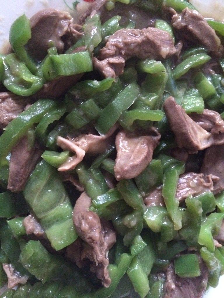 青椒炒鸡心,加盐拌匀,起锅装盘