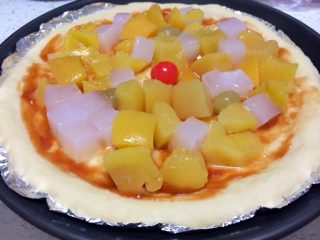 果缤纷披萨,在面饼上铺满杂果罐头里的各种水果