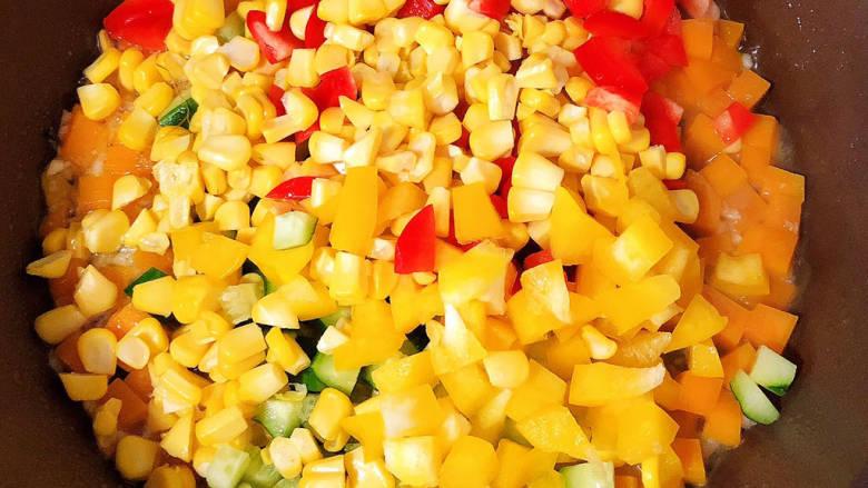 杂炒时蔬,放入蔬菜翻炒均匀。