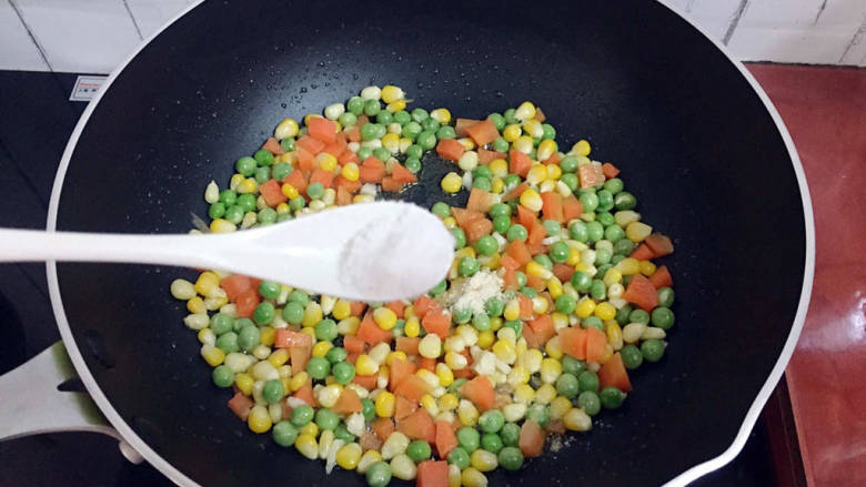 杂炒时蔬,加入盐