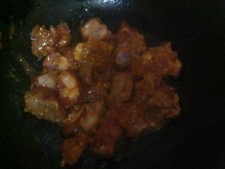 排骨酱煎排骨,油热大火煎一下改中火慢慢煎18分钟左右就可以出锅了。