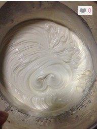 芒果班戟,取200ml淡奶油,加入30g糖粉,打发,打发至可以保持花纹。