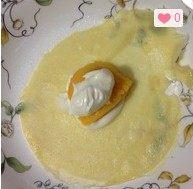 芒果班戟,皮凉后可以包了,先放一点奶油,一大块芒果,在盖上点奶油。