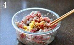 虾肉荠菜灌汤饺,加入姜末和酱油,仍然顺3的同一方向搅拌均匀。