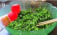 虾肉荠菜灌汤饺,将荠菜和香葱碎一起放进大碗,加入香油,搅拌均匀。