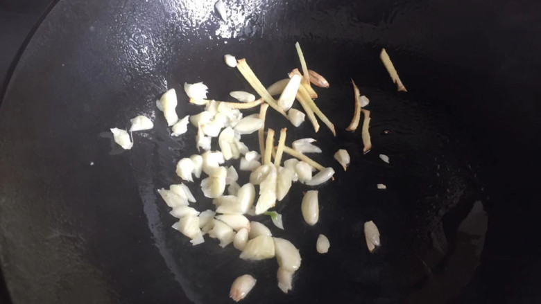 皮蛋炒青椒,下入蒜末姜丝