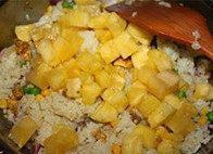 凤梨鸡饭,倒入热米饭,搅拌一下,最后倒入凤梨块稍微翻炒一下,做最后的调味