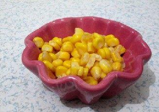 甜玉米烧大虾,葱姜切丝,甜玉米沥干水分
