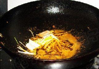 甜玉米烧大虾,锅中留底油,下入葱姜爆香