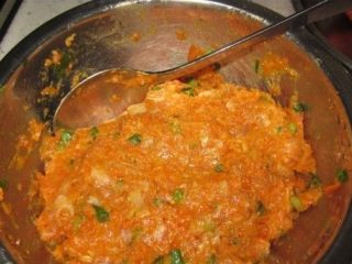 酿莲藕,绞好的肉放进葱花,油,盐,酱油,五香粉,搅拌均匀待用
