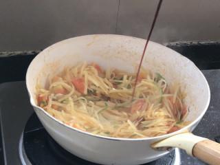 西红柿炒土豆丝,淋入生抽,翻炒均匀