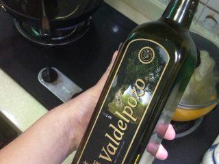 油闷春笋,起锅倒入少许橄榄油