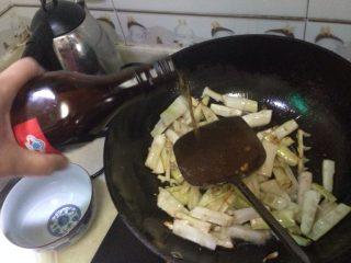 油闷春笋,翻炒几遍后加入适量料酒继续翻炒