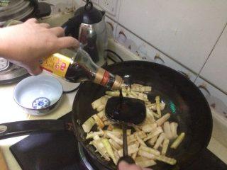 油闷春笋,倒入酱油