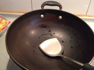 杏鲍菇炒肉,炒锅置旺火上