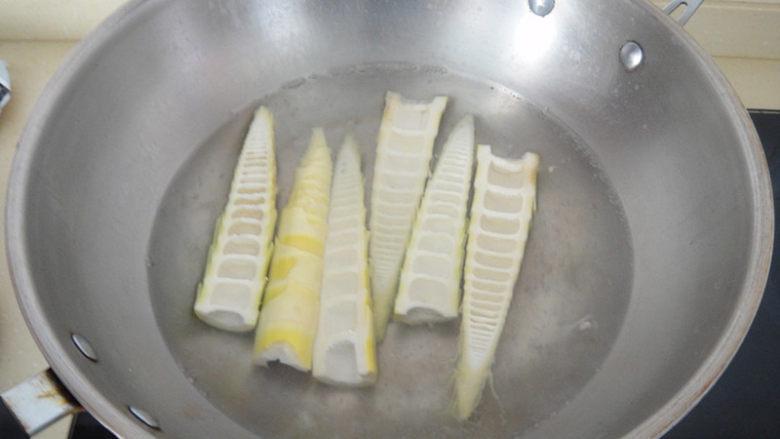 釀笋尖,锅内水开后放入笋尖焯水后捞起