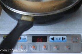 灌汤小笼包,锅内加水煮开,将包好的包子放入,蒸煮6分钟即可