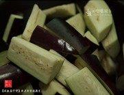 咸鱼茄子煲,紫茄洗净,切成长条,在淡盐水中浸泡,取出,沥干水分待用。