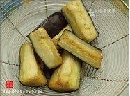咸鱼茄子煲,取一小锅,下油热开,下茄子,用中大火将其炸至金黄,取出沥干油分。