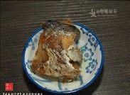 咸鱼茄子煲,咸鱼去骨,取出咸鱼肉,拆碎。