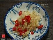 咸鱼茄子煲,将蒜头去皮剁碎,辣椒洗净切碎,姜洗净切碎。