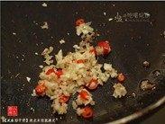 咸鱼茄子煲,原锅,用中小火将辣椒、蒜蓉与姜蓉煸炒出香味。