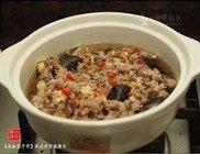 咸鱼茄子煲,加入能淹没食材的开水。