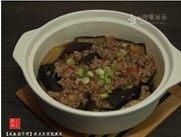 咸鱼茄子煲,略收干汤汁,若觉得味道偏淡,可以下点盐调味,加入葱花,熄火,开吃。