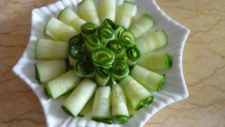 口水黄瓜,把黄瓜一片片卷起放入盆中摆成自己喜欢的形状