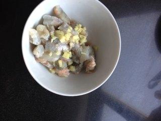 芙蓉虾仁_1561002084134,把虾仁切丁用料酒、盐、姜末腌一下