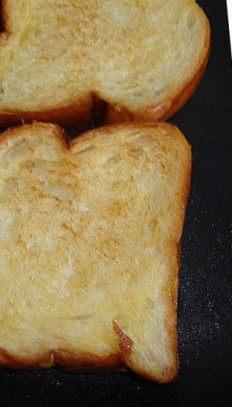菠菜鸡肝 ,面包片涂上黄油,煎黄,放盘中