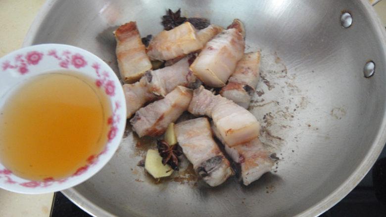 上海红烧肉,倒入料酒