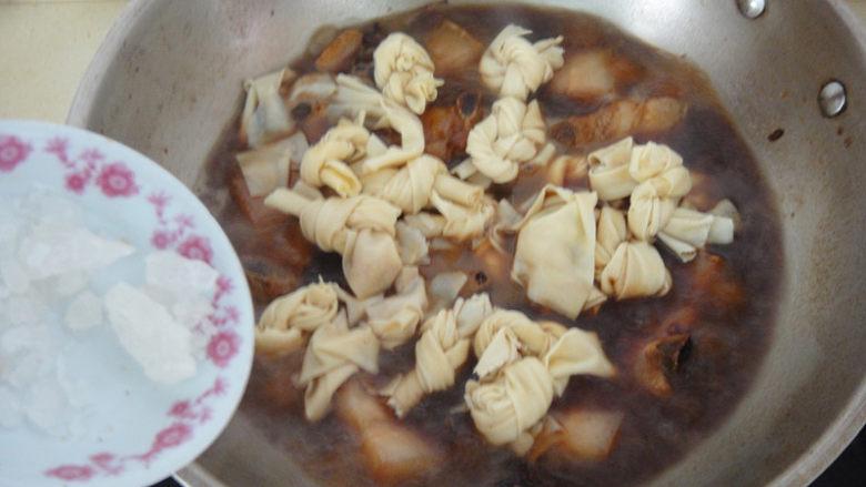 上海红烧肉,加入开水,倒入百叶结和冰糖