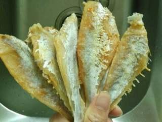 手撕咸鱼,将咸鱼冼净清理掉肚子里残余的内脏,水里泡几分钟去掉部分盐后捞起风干或用厨房用纸把表面水份吸干