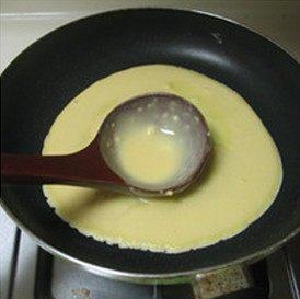 鸡肉卷,平底锅中放入少量的色拉油,倒入适量面糊,用汤勺背均匀的把面糊摊开