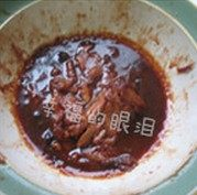 鸡肉卷,将炖鸡翅剩的汤放入微波炉中高火加热两分钟。倒在鸡肉上混合好