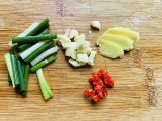 土豆香菇焖鸡,切好姜、葱、蒜、辣椒
